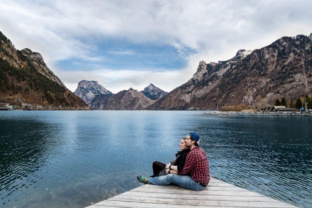 pár při jezere