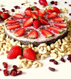 Nepečený kešu dort s jahodami - smakoun.eu